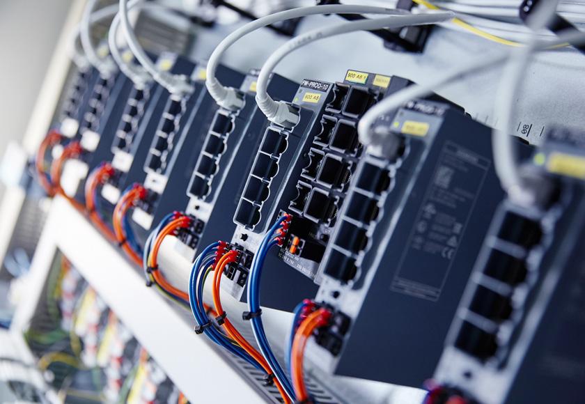Serverschrank im Produktionsbereich bei Rothaus